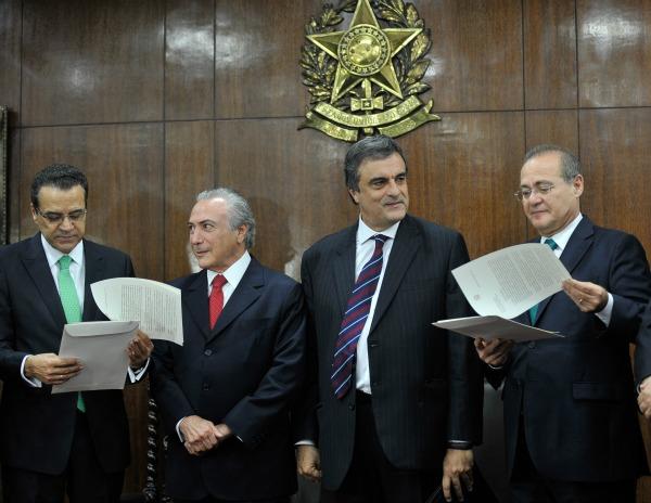 O vice-presidente da República, Michel Temer, e o ministro da Justiça, Eduardo Cardozo, entregam a mensagem de Dilma Rousseff aos presidentes do Senado e da Câmara.